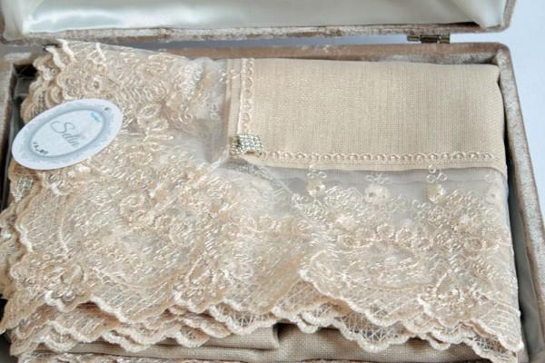 Französische geschnürte Büşra Tischdecke Cappucino Velvet Boxed